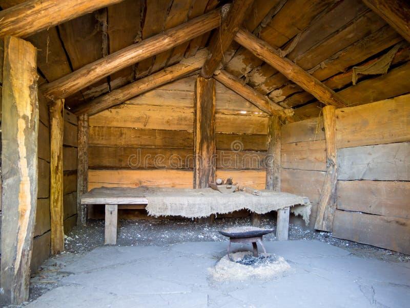 Εσωτερικό μιας παλαιάς καλύβας με μια στέγη αετωμάτων στοκ φωτογραφίες