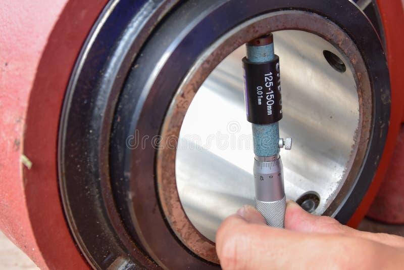 Εσωτερικό μικρόμετρο που μετρά τη διάμετρο μέσα στοκ φωτογραφίες