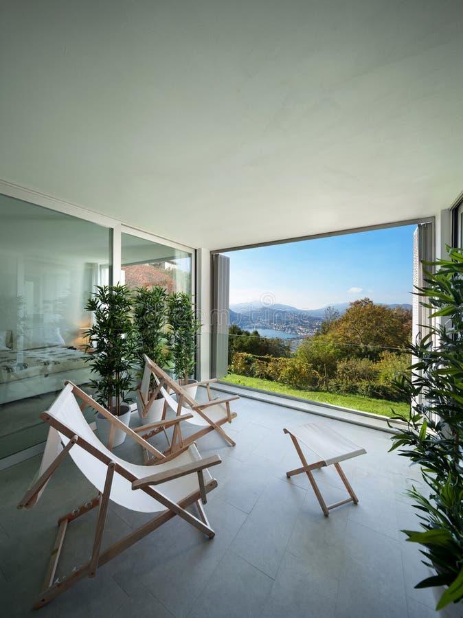 Εσωτερικό, μπαλκόνι που αγνοεί τη λίμνη στοκ φωτογραφία