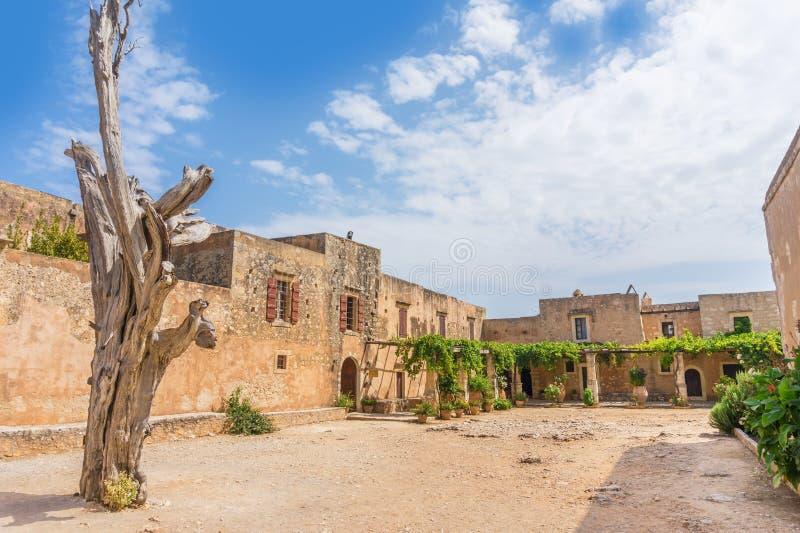 Εσωτερικό ναυπηγείο μοναστηριών Arkadi στην Κρήτη, Ελλάδα στοκ φωτογραφίες