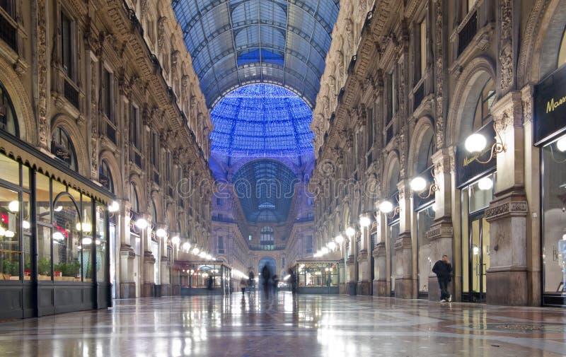 Εσωτερικό νύχτας του Emanuele Gallery Vittorio στοκ φωτογραφία με δικαίωμα ελεύθερης χρήσης