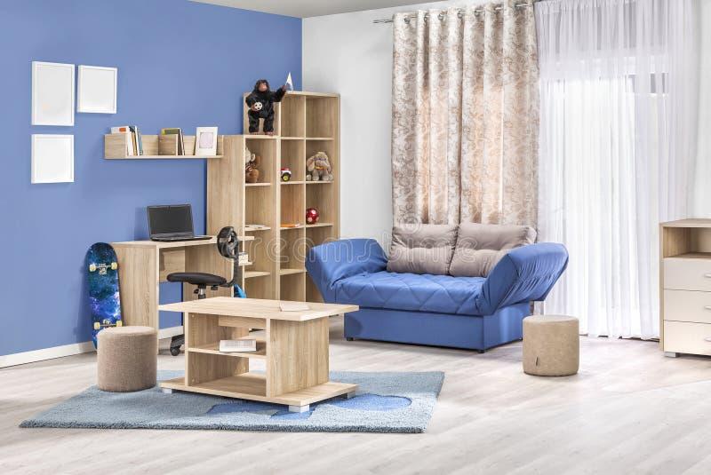 Εσωτερικό παιδιών ενός σύγχρονου καθιστικού στο χρώμα στοκ εικόνες με δικαίωμα ελεύθερης χρήσης