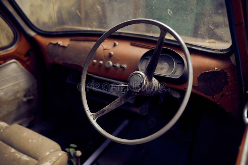 Εσωτερικό παλαιών εκλεκτής ποιότητας συντριμμιών αυτοκινήτων στοκ φωτογραφίες