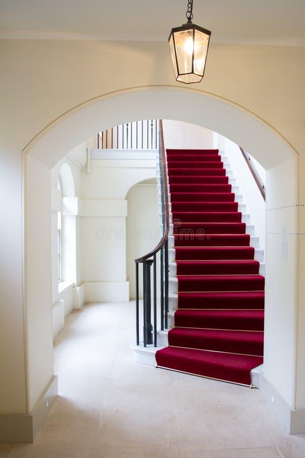 Εσωτερικό παλάτι Kensington, κόκκινη καλυμμένη με τάπητα σκάλα στοκ εικόνες