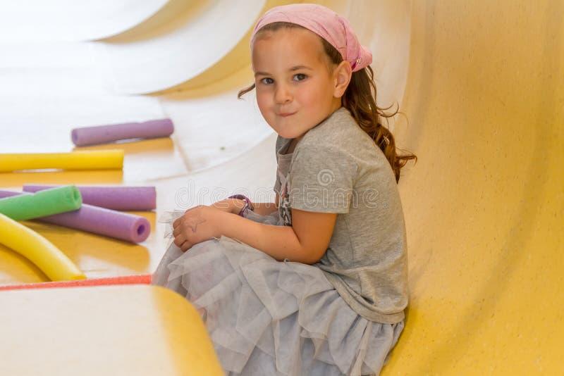 Εσωτερικό πορτρέτο του νέου ευτυχούς κοριτσιού παιδιών στοκ φωτογραφίες με δικαίωμα ελεύθερης χρήσης