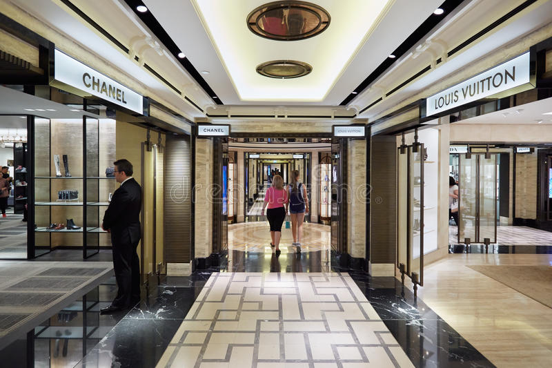 Εσωτερικό πολυκαταστημάτων Harrods, καταστήματα μόδας πολυτέλειας στο Λονδίνο στοκ φωτογραφία με δικαίωμα ελεύθερης χρήσης