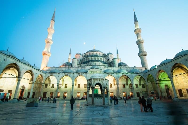 Εσωτερικό προαύλιο στο μπλε μουσουλμανικό τέμενος τή νύχτα στοκ εικόνα με δικαίωμα ελεύθερης χρήσης