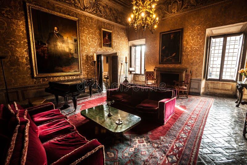 Εσωτερικό σαλόνι επίπλων ενός κάστρου δέκατος-αιώνα στοκ φωτογραφία