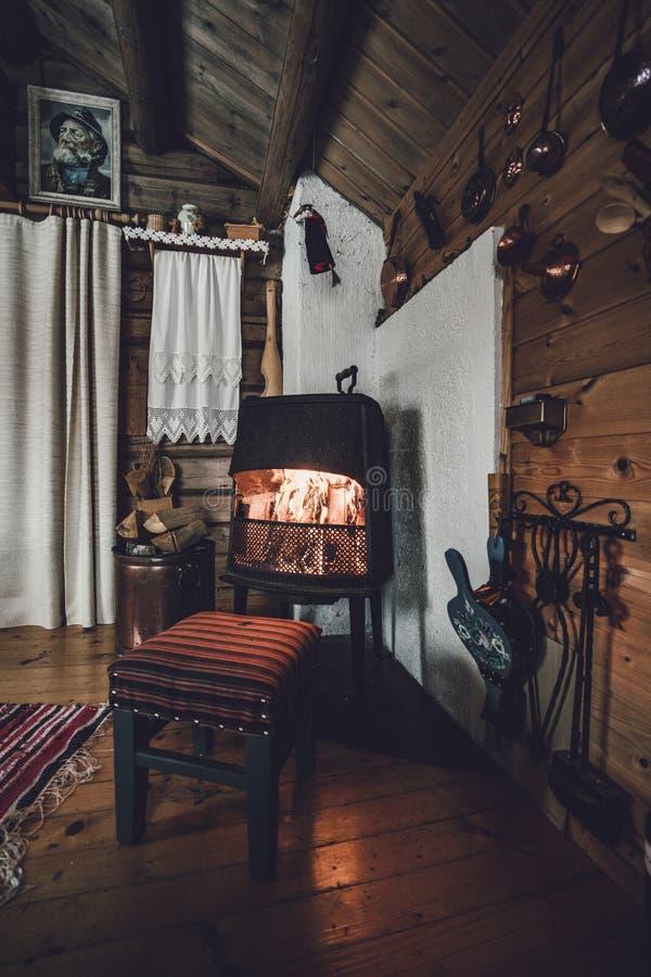 Εσωτερικό σε μια παλαιά ξύλινη καμπίνα Από την εστία στοκ εικόνες