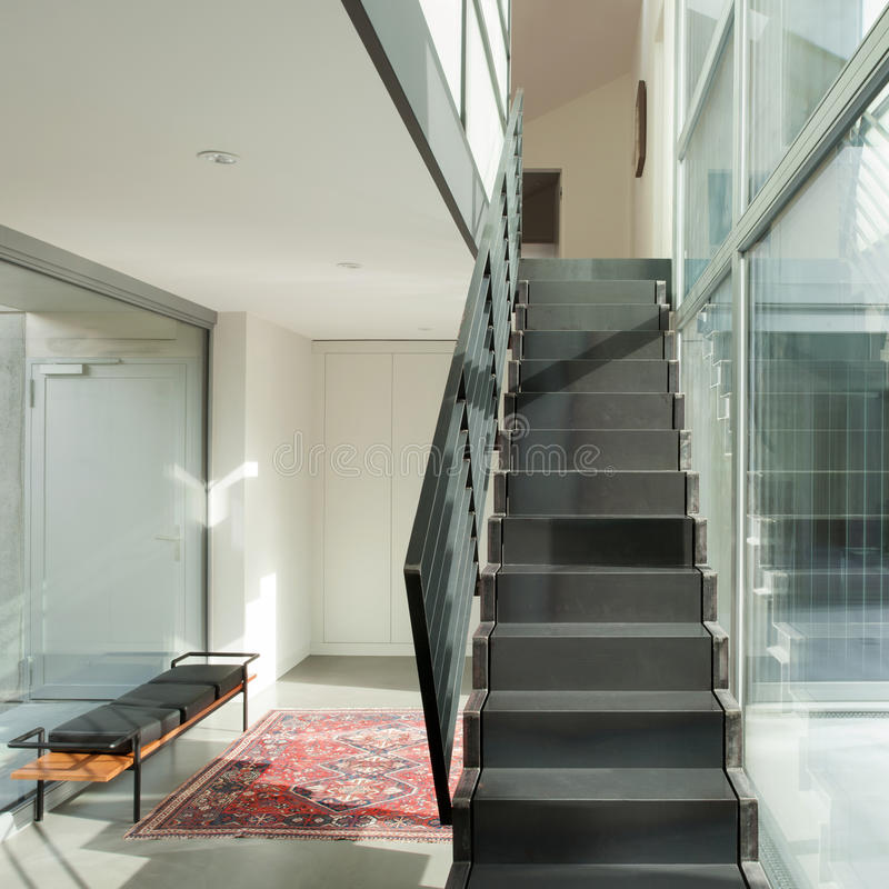 Εσωτερικό, σκάλα σιδήρου ενός σύγχρονου σπιτιού στοκ εικόνες