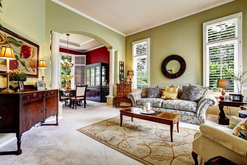 Εσωτερικό σπιτιών πολυτέλειας Ανοικτό πράσινο οικογενειακό δωμάτιο στοκ εικόνες