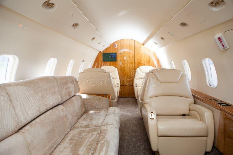 Εσωτερικό στα φωτεινά χρώματα του γνήσιου δέρματος στο επιχειρησιακό αεριωθούμενο αεροπλάνο στοκ φωτογραφίες
