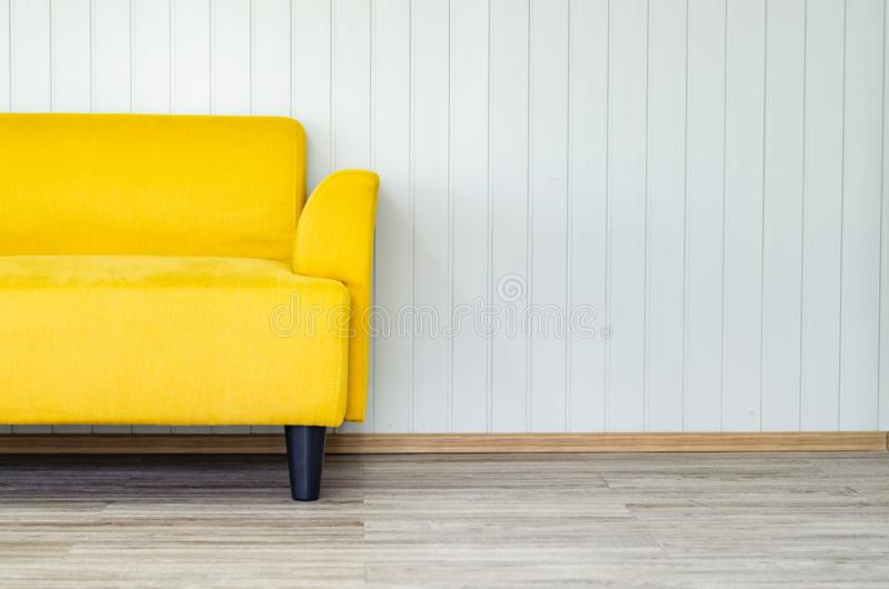 Εσωτερικό σχέδιο με τον κίτρινο καναπέ στο άσπρο καθιστικό τοίχων στοκ φωτογραφία