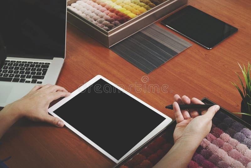 Εσωτερικό σχεδιαστών δείγμα ταπήτων χεριών chosing στοκ φωτογραφίες
