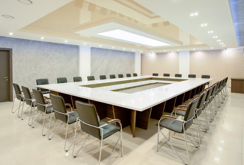 Εσωτερικό της αίθουσας συνδιαλέξεων για τις επιχειρησιακές διαπραγματεύσεις στοκ εικόνες με δικαίωμα ελεύθερης χρήσης