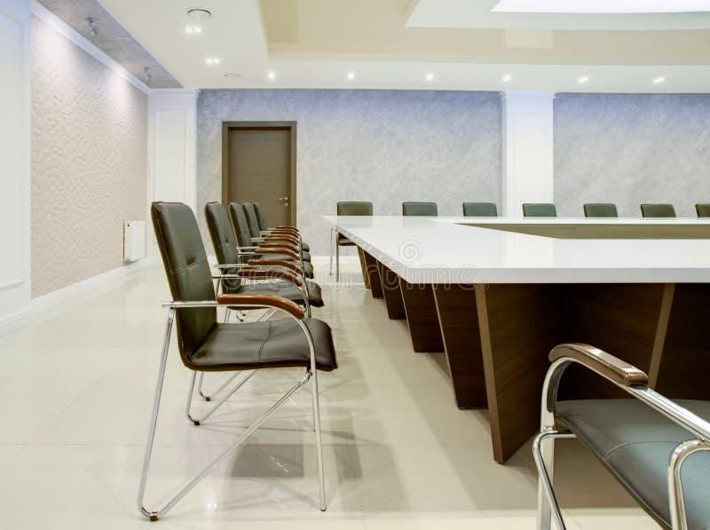 Εσωτερικό της αίθουσας συνδιαλέξεων για τις επιχειρησιακές διαπραγματεύσεις στοκ εικόνες