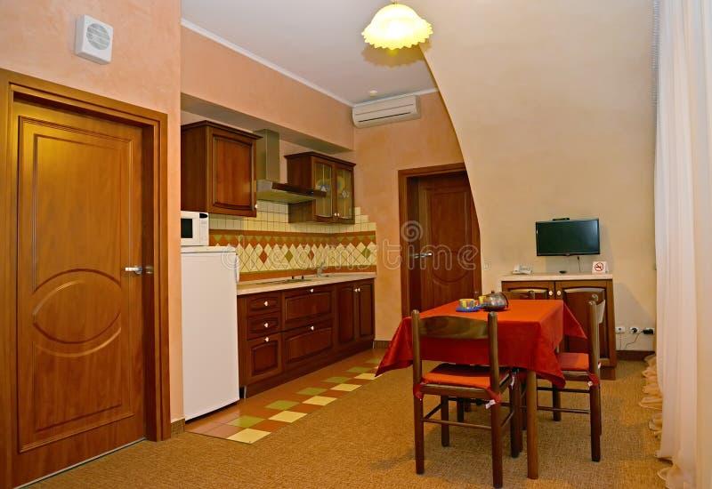 Εσωτερικό της κουζίνας στο δωμάτιο ξενοδοχείου στοκ εικόνα