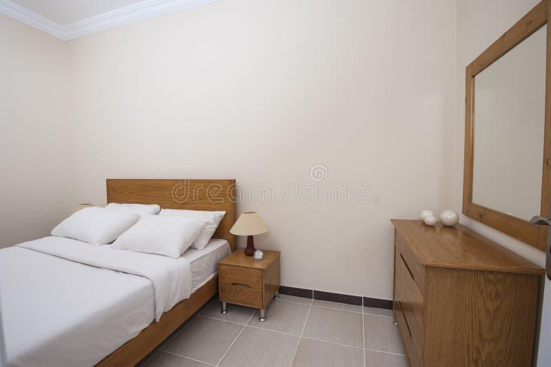 Εσωτερικό της κρεβατοκάμαρας στο διαμέρισμα στοκ φωτογραφία