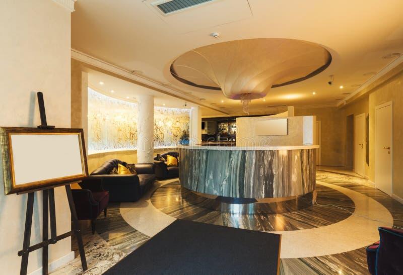 Εσωτερικό της σύγχρονης υποδοχής ξενοδοχείων στοκ εικόνα