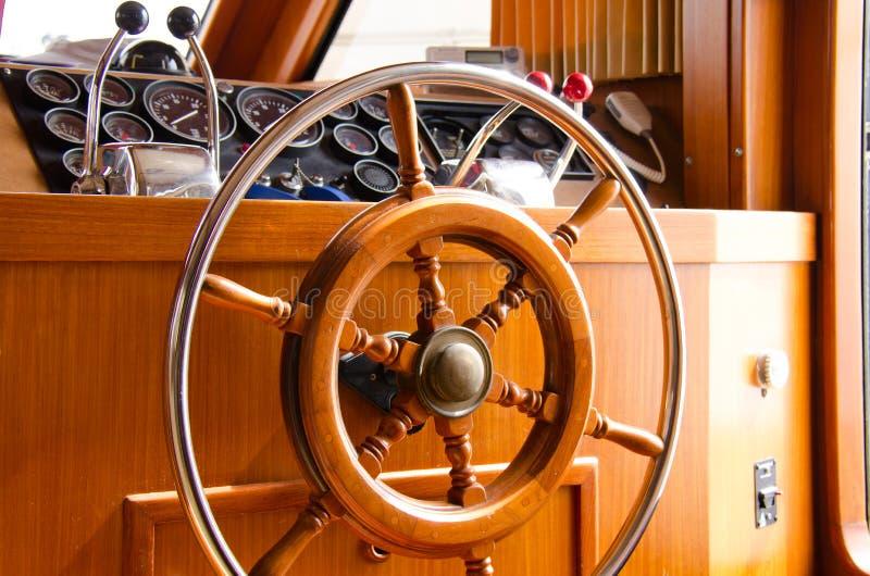 Εσωτερικό τιμόνι της μεγάλης βάρκας γιοτ στοκ φωτογραφία