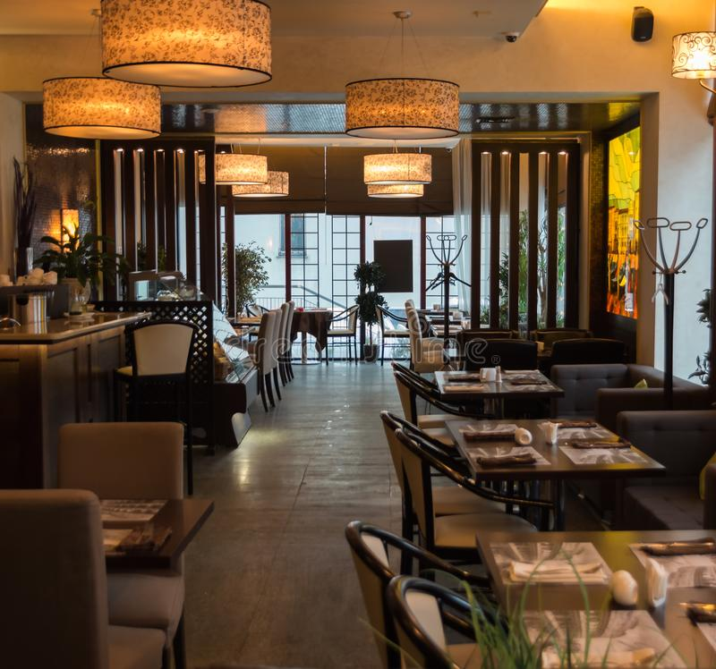 Εσωτερικό του άνετου εστιατορίου Σύγχρονο σχέδιο στο ύφος σοφιτών, τη σύγχρονους να δειπνήσει θέση και το μετρητή φραγμών στοκ εικόνες με δικαίωμα ελεύθερης χρήσης
