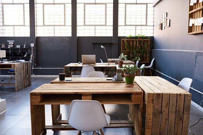 Εσωτερικό του εξοπλισμού γραφείων σε ένα σύγχρονο περιβάλλον εργασίας στοκ εικόνες
