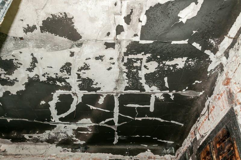 Εσωτερικό του εσωτερικού εγκαταλειμμένου σπιτιού χαλασμένου και που καίγεται στο ατύχημα πυρκαγιάς με τη μαύρη αιθάλη και grime σ στοκ φωτογραφία με δικαίωμα ελεύθερης χρήσης