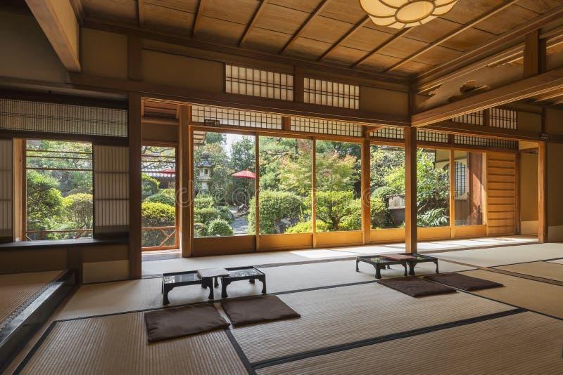 Εσωτερικό του ιαπωνικού σπιτιού τσαγιού με τον κήπο της Zen, Κιότο, Ιαπωνία στοκ φωτογραφία
