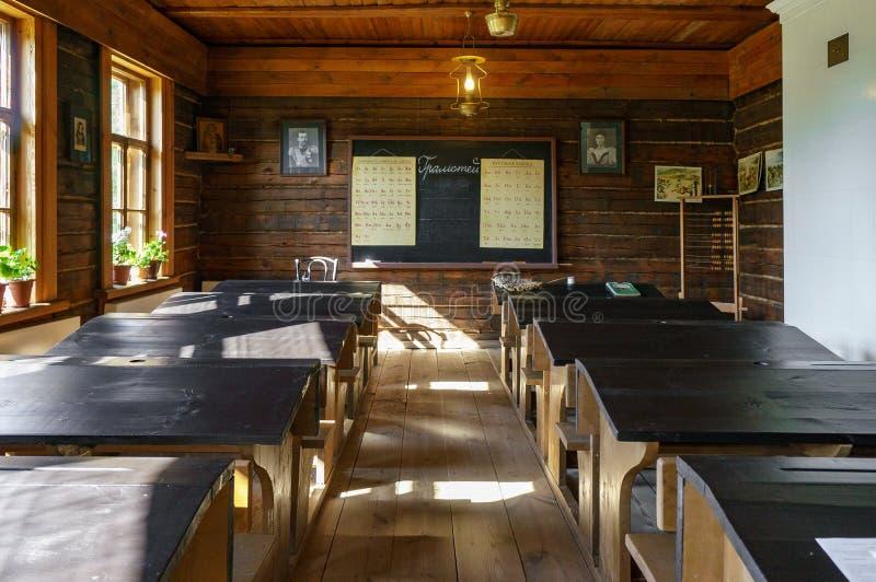 Εσωτερικό του ιστορικού σχολείου ένας-δωματίων σε Konstantinovo στοκ εικόνες