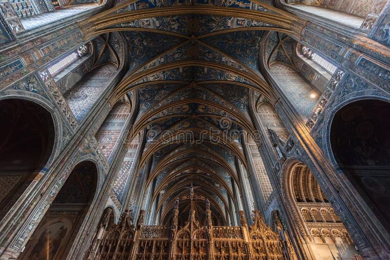 Εσωτερικό του καθεδρικού ναού της Άλβης (βασιλική καθεδρικών ναών Αγίου Cecilia) στοκ φωτογραφία