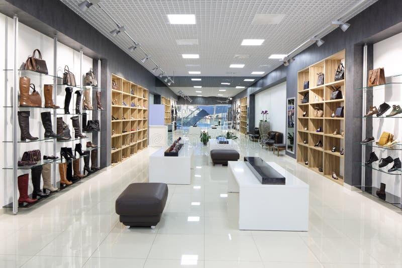 Εσωτερικό του καταστήματος παπουτσιών στη σύγχρονη ευρωπαϊκή λεωφόρο στοκ φωτογραφία με δικαίωμα ελεύθερης χρήσης