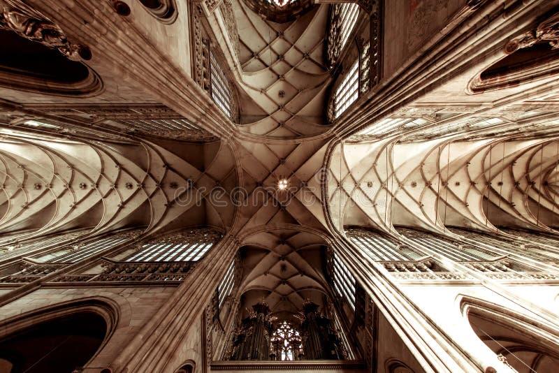 Εσωτερικό του μητροπολιτικού καθεδρικού ναού των Αγίων Vitus, Wenceslaus και Adalbert Πράγα, Δημοκρατία της Τσεχίας στοκ εικόνα με δικαίωμα ελεύθερης χρήσης