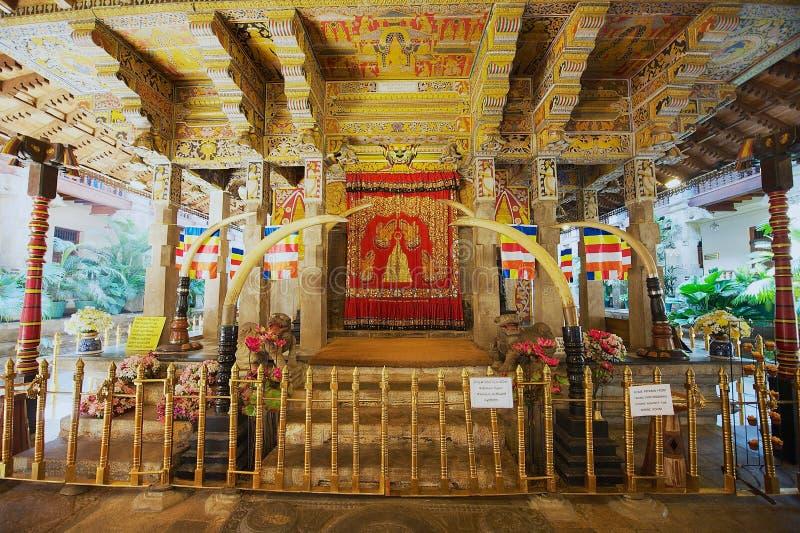 Εσωτερικό του ναού του λειψάνου δοντιών, διάσημο λείψανο δοντιών κατοικίας ναών του Βούδα σε Kandy, Σρι Λάνκα στοκ εικόνες