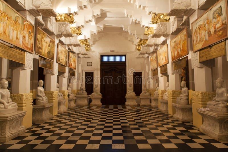 Εσωτερικό του ναού του ιερού λειψάνου δοντιών (Sri Dalada Maligwa) στην κεντρική Σρι Λάνκα στοκ φωτογραφία