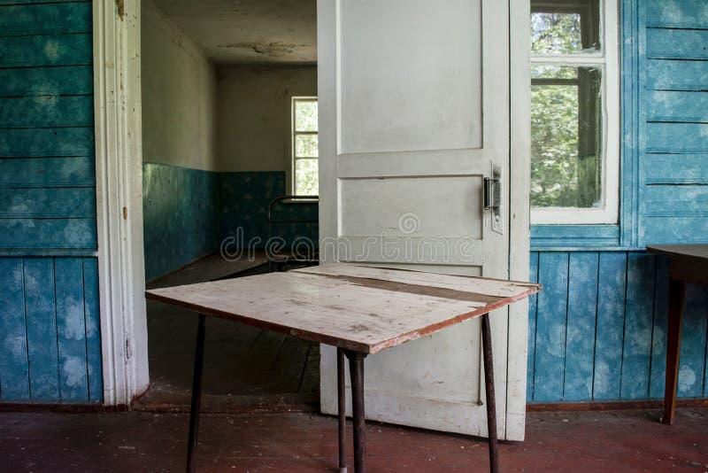 Εσωτερικό του παλαιού σπιτιού στο εγκαταλειμμένο στρατόπεδο παιδιών στοκ φωτογραφία με δικαίωμα ελεύθερης χρήσης