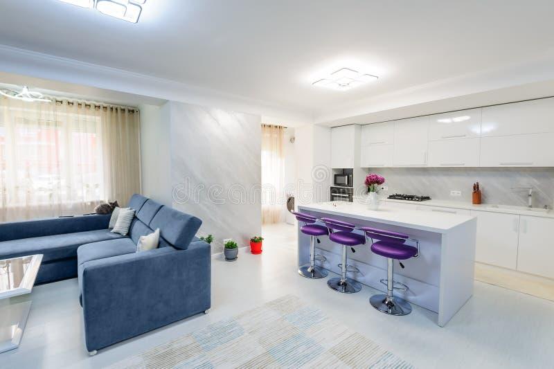 Εσωτερικό του σύγχρονου άσπρου διαμερίσματος στούντιο με την κουζίνα στοκ φωτογραφίες