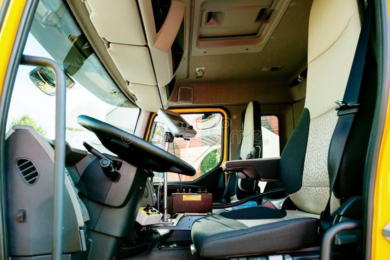 Εσωτερικό του σύγχρονου καθαρίζοντας φορτηγού υπονόμων της Renault βιομηχανικού στοκ φωτογραφία με δικαίωμα ελεύθερης χρήσης