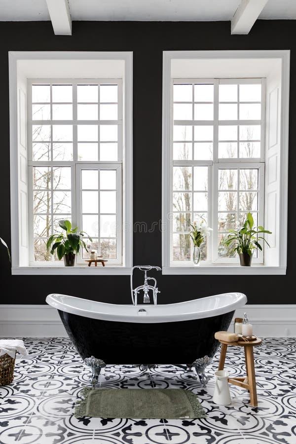 Εσωτερικό του σύγχρονου minimalistic λουτρού πολυτέλειας με το παράθυρο στοκ εικόνες με δικαίωμα ελεύθερης χρήσης