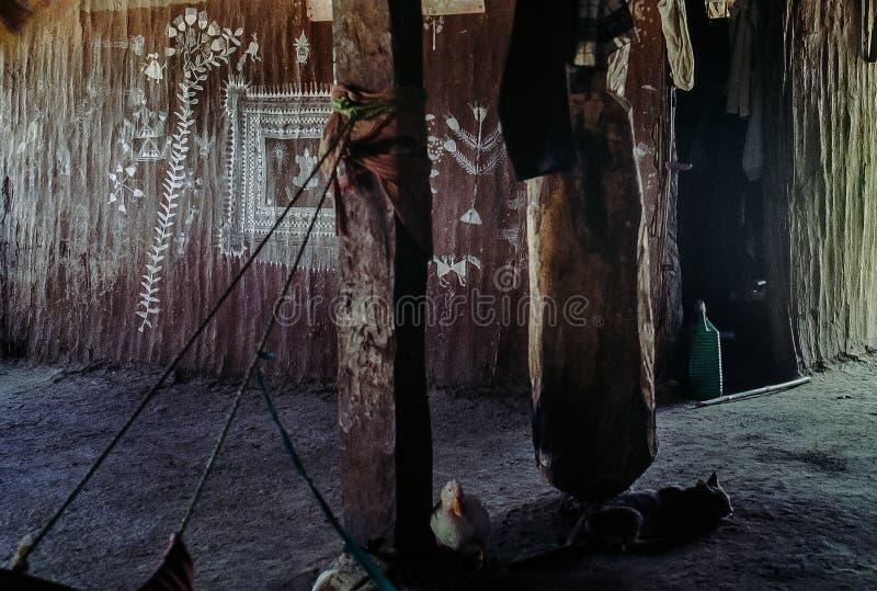 Εσωτερικό του Warli που ζωγραφίζει στον τοίχο της λάσπης στην καλύβα της φυλής Φυλή Warli, Dahanu Maharashtra στοκ φωτογραφία