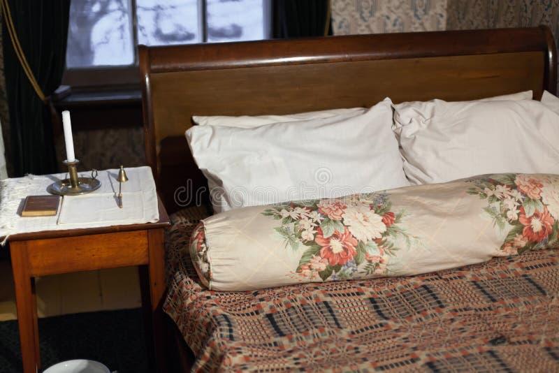 Εσωτερικό των μαξιλαριών στο κρεβάτι στην κρεβατοκάμαρα στοκ φωτογραφία