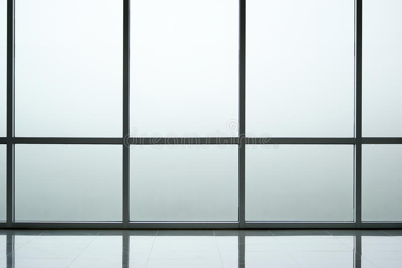 Εσωτερικό υποβάθρου τοίχων γυαλιού του σύγχρονου κτιρίου γραφείων στοκ φωτογραφία