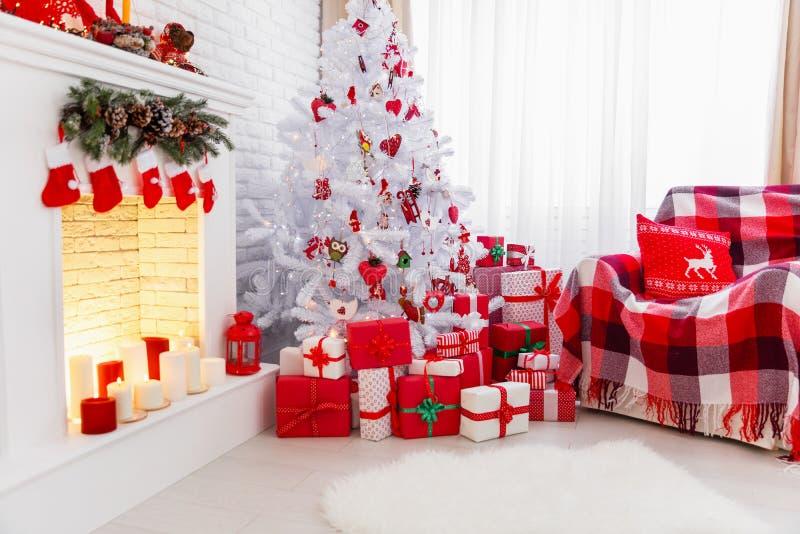 Εσωτερικό Χριστουγέννων στα κόκκινα και άσπρα χρώματα με το δέντρο και το firepla στοκ φωτογραφία με δικαίωμα ελεύθερης χρήσης