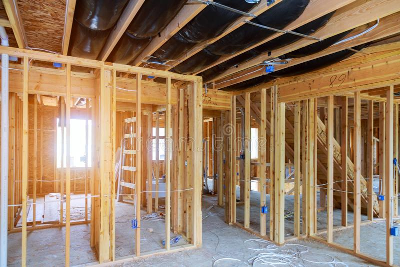Εσωτερικό χτισμένο ραβδί πλαίσιο ενός καινούργιου σπιτιού κάτω από την κατασκευή στοκ εικόνες με δικαίωμα ελεύθερης χρήσης