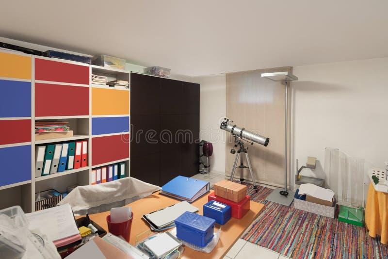 Εσωτερικό, δωμάτιο με τα αντικείμενα αναταραχής στοκ εικόνες