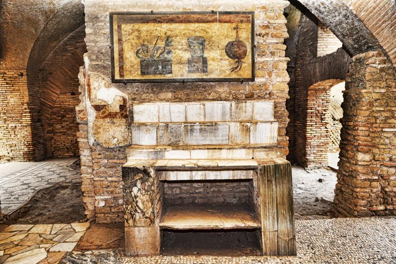Εσωτερικό Caseggiato del Termopolio: Μαρμάρινο ράφι που ξεπερνιέται με ακόμα τη νωπογραφία ζωής στοκ εικόνα