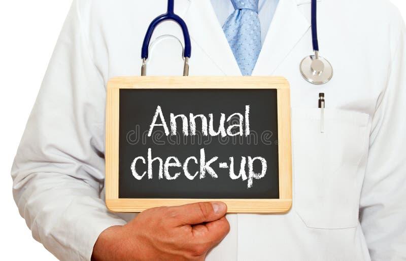 Ετήσια εξέταση - γιατρός με τον πίνακα κιμωλίας στοκ φωτογραφία με δικαίωμα ελεύθερης χρήσης