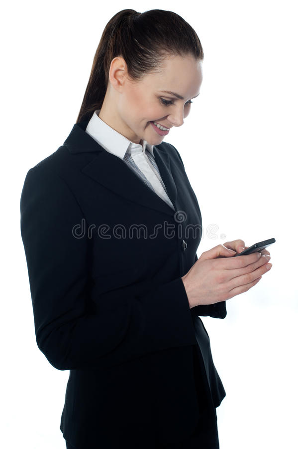 εταιρική γυναικεία ανάγνωση sms στοκ φωτογραφία με δικαίωμα ελεύθερης χρήσης