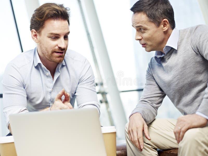 Εταιρικοί άνθρωποι που συζητούν την επιχείρηση στην αρχή στοκ φωτογραφία