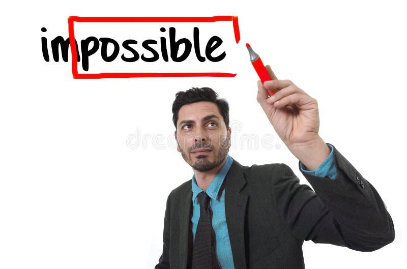 Εταιρικός επιχειρηματίας πορτρέτου που μετατρέπει την αδύνατη λέξη σε πιθανό με το κόκκινο γράψιμο δεικτών στοκ φωτογραφίες