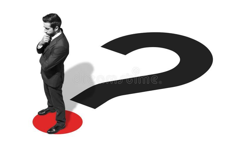 Εταιρικός επιχειρηματίας που στέκεται σε ένα ερωτηματικό στοκ φωτογραφία με δικαίωμα ελεύθερης χρήσης